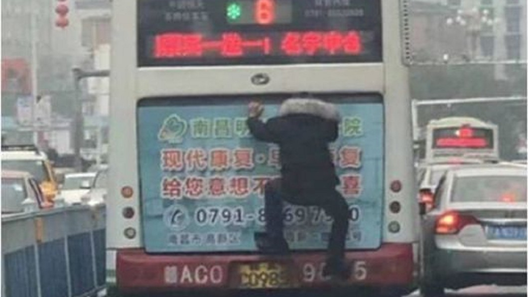 其他網友也在底下分享在另一台公車見奇葩式搭公車。圖/翻攝微博