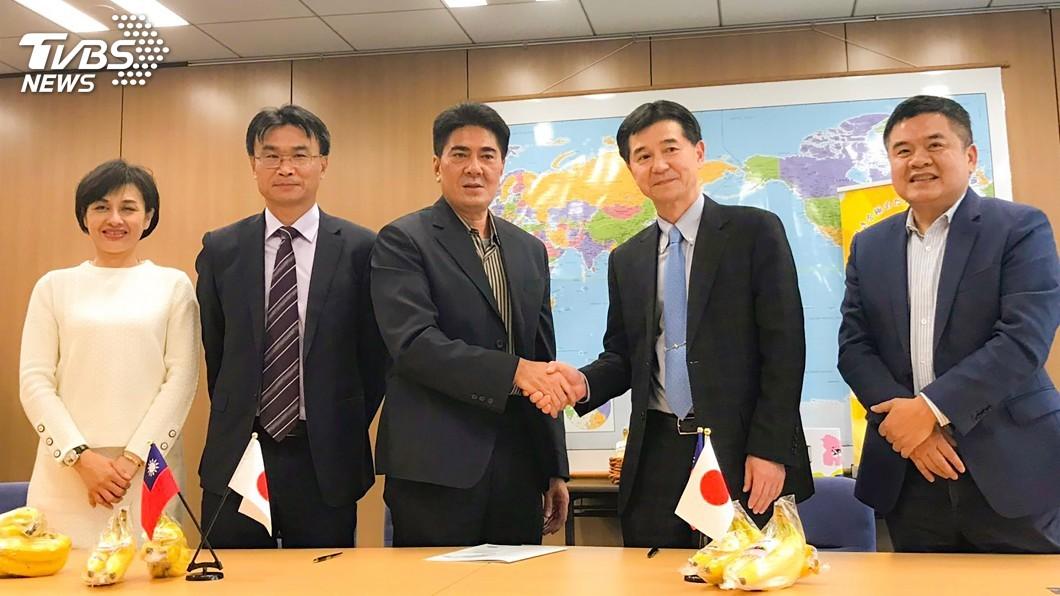 圖/中央社 農委會率團赴日 簽下台灣香蕉銷日3年9000噸合約