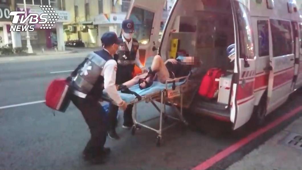 一名35歲的楊姓女子因綠豆湯摔倒,導致骨頭斷裂,緊急送醫急救。(圖/TVBS) 高雄長腿妹跌倒摔斷腿骨 凶手竟是「濕黏這一攤」