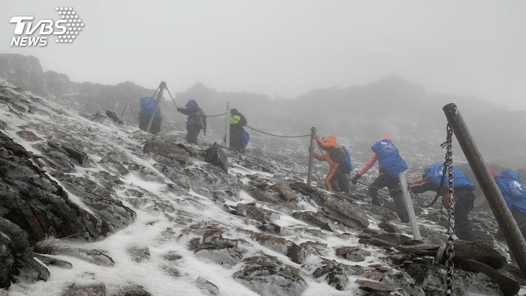 圖/中央社 玉山凌晨降雪! 26名山友穿冰爪登頂成功