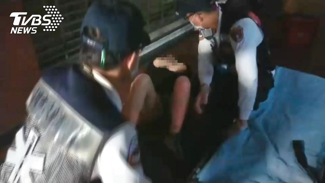 警消人員獲報後到場,趕緊替女子進行固定包紮。(圖/TVBS)