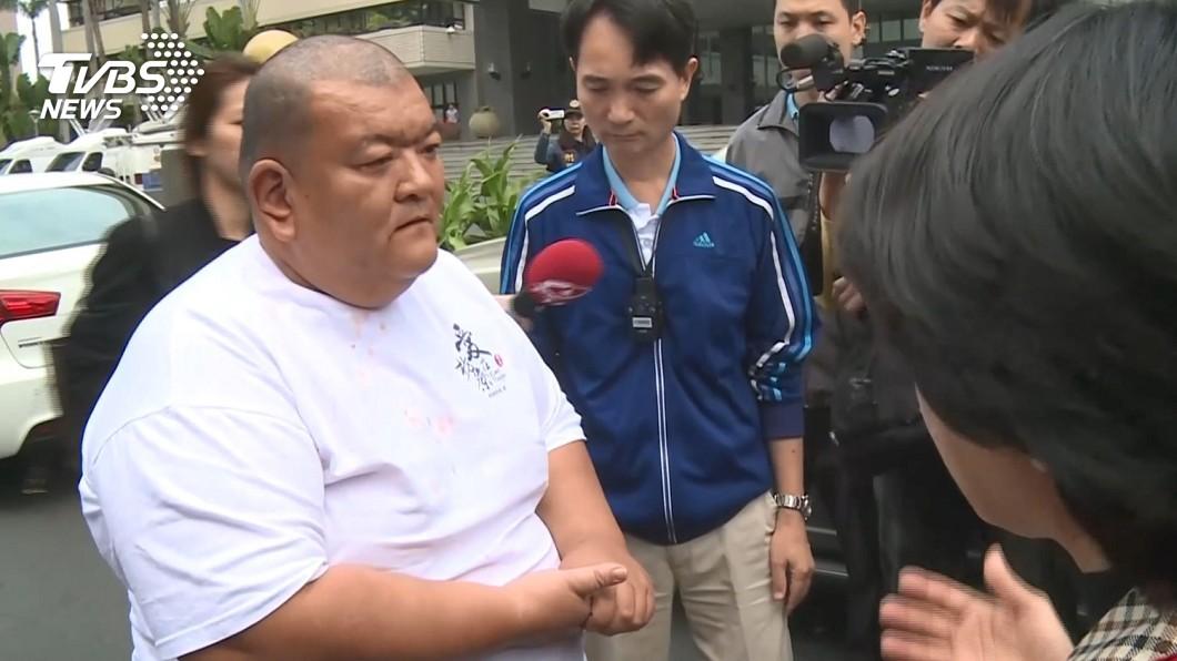圖/TVBS 見不到韓國瑜 高雄髮蠟哥丟香蕉嗆:選上總統還得了!