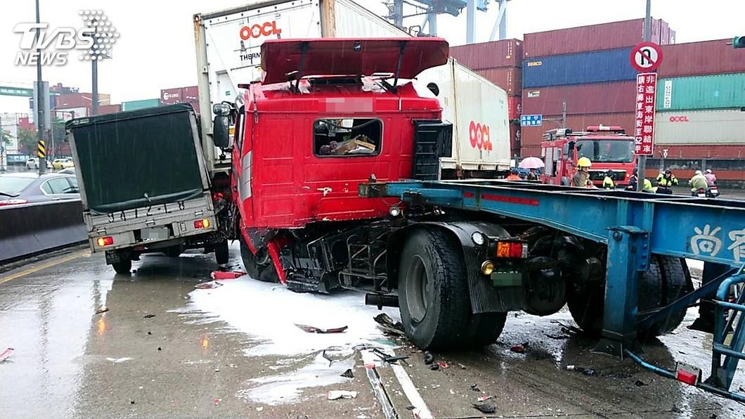 圖/中央社 貨櫃車疑煞車失靈追撞5車 保三大隊長也遭殃