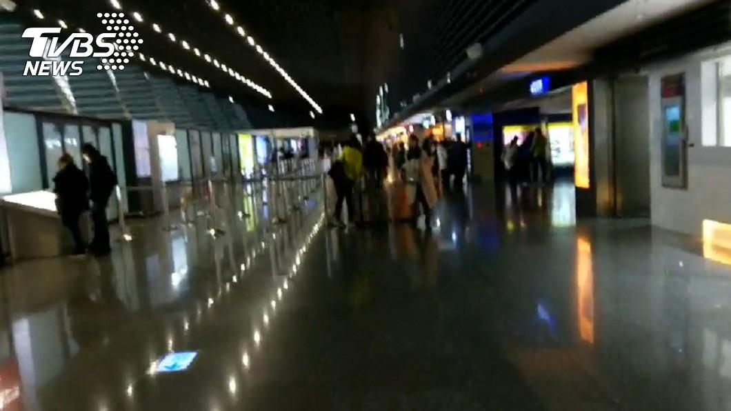 圖/TVBS 一片黑暗!桃園機場大停電 2名旅客受困電梯