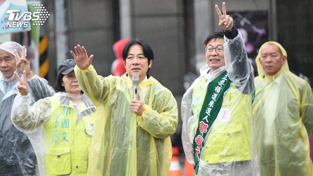 圖/中央社 台南立委補選戰況激烈 賴清德風雨中輔選