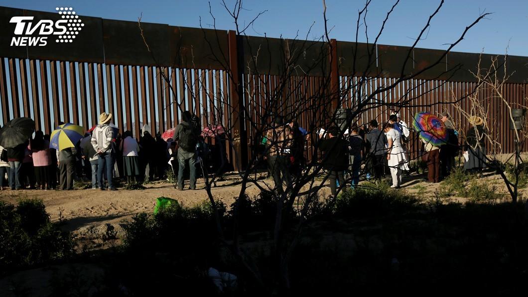 圖為中美洲移民示意圖。圖/達志影像路透社 卡車衝出路面並翻覆 中美洲移民25死、29傷