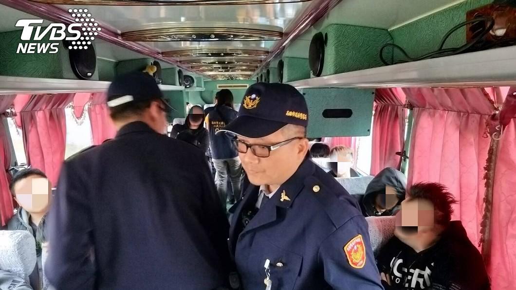 不少道上兄弟特地租遊覽車南下參加告別式。圖/TVBS