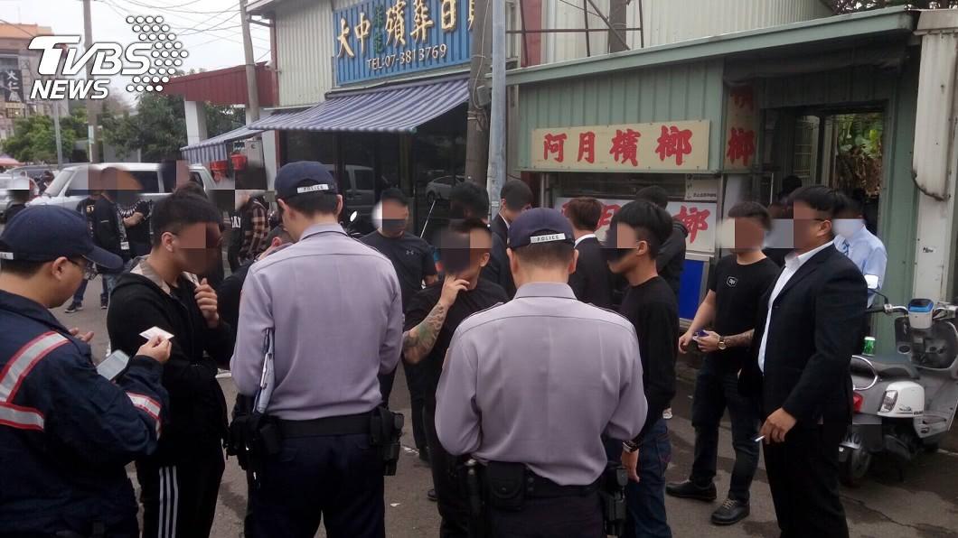 警方深怕現場群眾滋事,因此派出大批警力戒備。圖/TVBS 至尊盟大哥陳文將癌逝 告別式黑白兩道都來