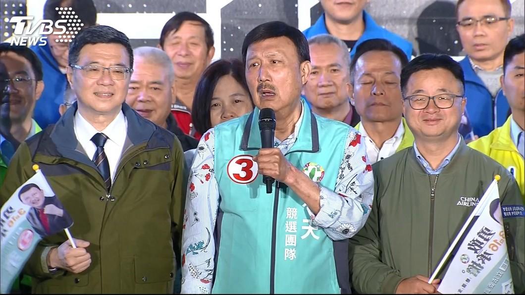 國民黨立委候選人余天昨晚舉辦造勢晚會。(圖/TVBS) 狠酸對手選舉公報「韓國瑜照片比你大」 余天:投機份子