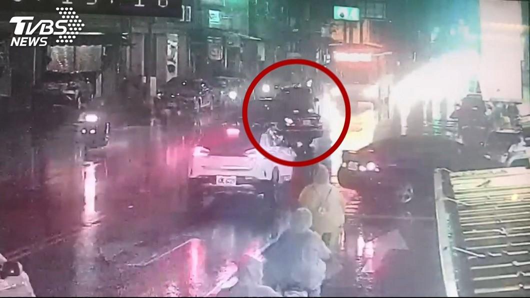圖/TVBS 我要吃牛排!男酒駕上路 失控連撞2轎車