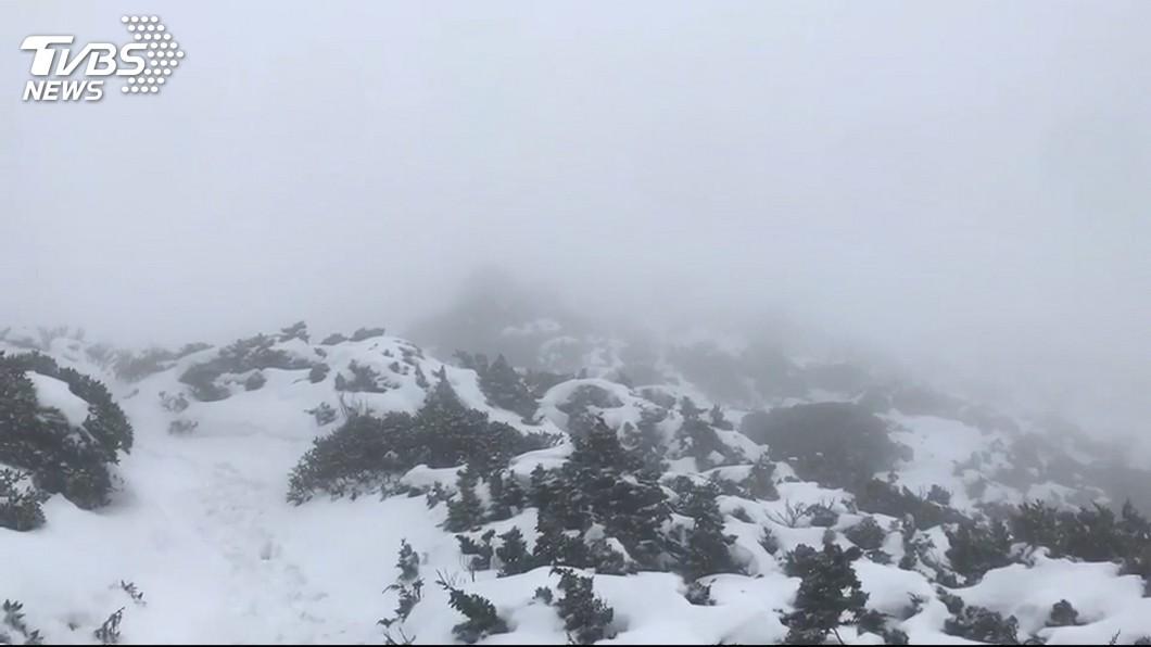 圖/TVBS 快訊/鋒面+東北季風!玉山凌晨下雪 積雪1公分