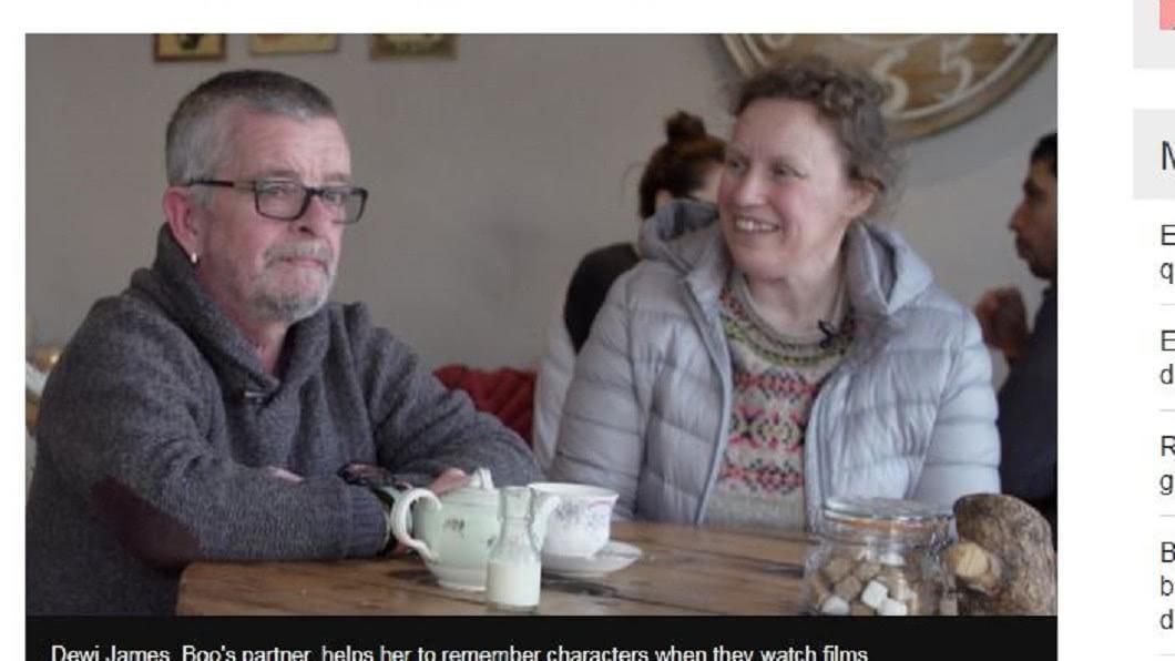 幸好有伴侶德維幫助詹姆斯照顧,告訴她哪些是認識的人。(圖/翻攝自「BBC」官網) 臉盲太嚴重!她指照片問「這是誰」 母驚:這是你啊