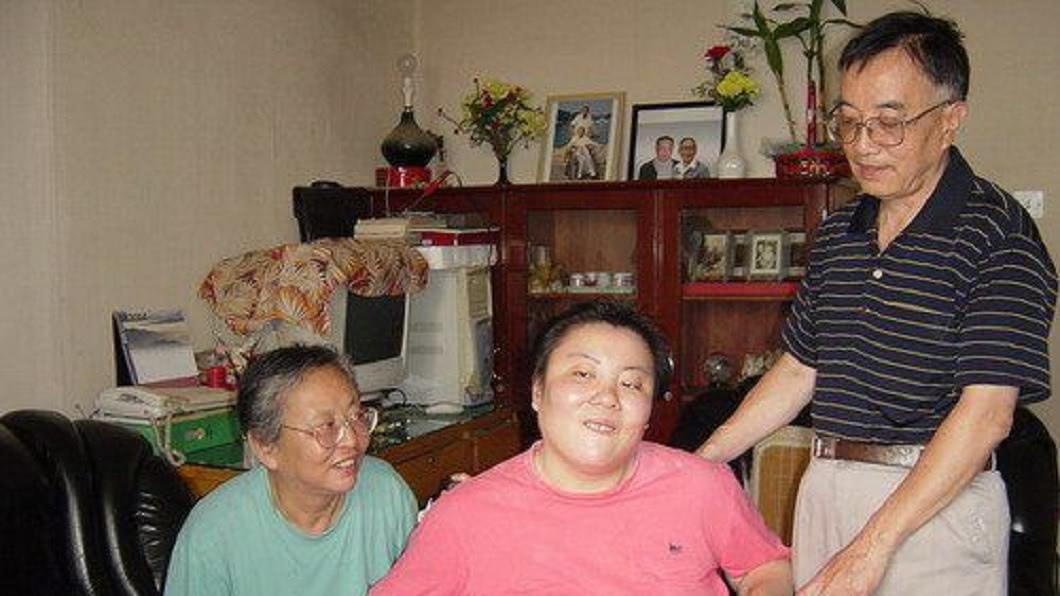 朱令中毒後一度昏迷,事後雖然救醒,但她的視力退化,智力更是退化到只剩7歲。(圖/翻攝自百度百科)