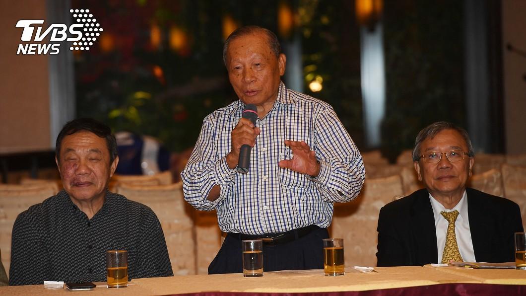 職棒之父洪騰勝(中)。圖/中央社 職棒之父洪騰勝築夢 棒球走入台灣日常