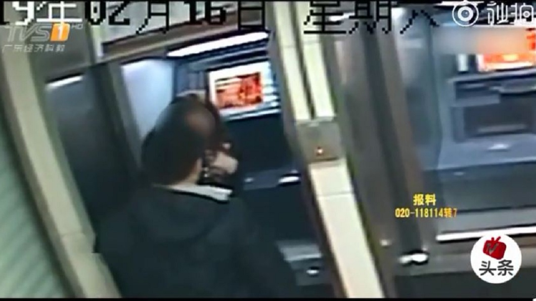 女子存錢過程中,一名男子持刀靠近搶劫,女子把手中的2500元人民幣現金立刻交給對方。(圖/翻攝自微博)