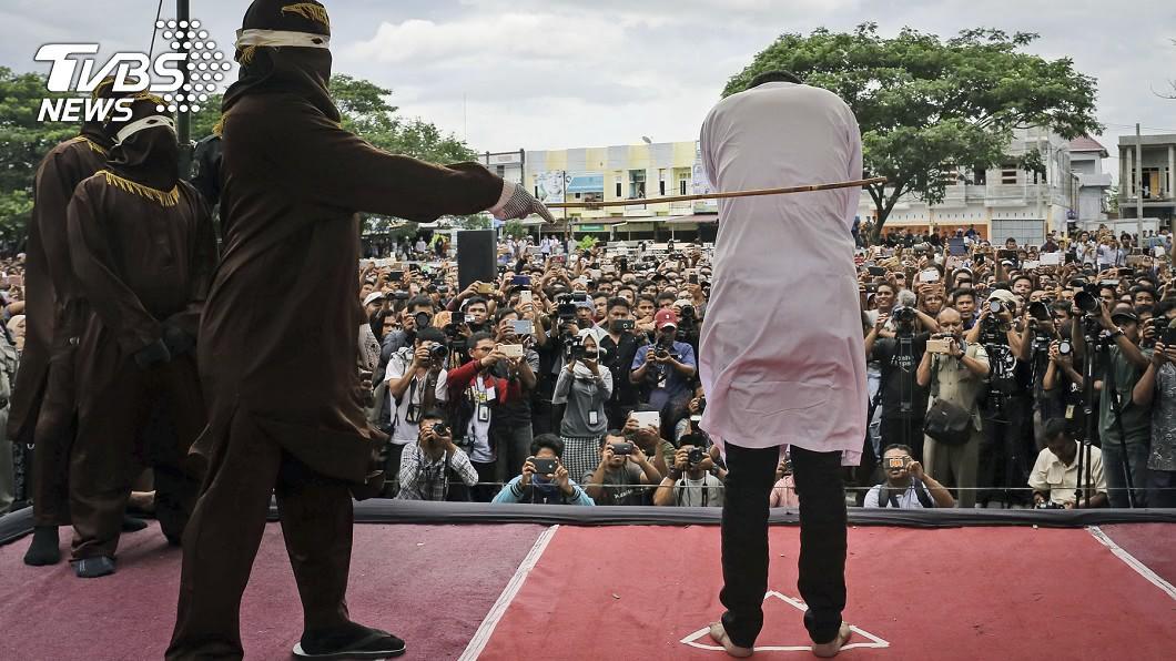 在印尼亞齊省喝酒、性侵或外遇,都可能被判鞭刑。(示意圖/達志影像美聯社) 侵犯幼童處鞭刑...罪犯重傷喊停 醫:「康復繼續打!」