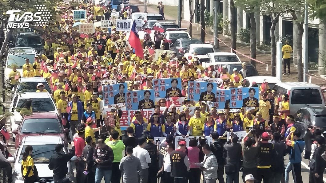 圖/中央社 台南「房衫軍」抗議 市府:房屋稅朝輕稅施行