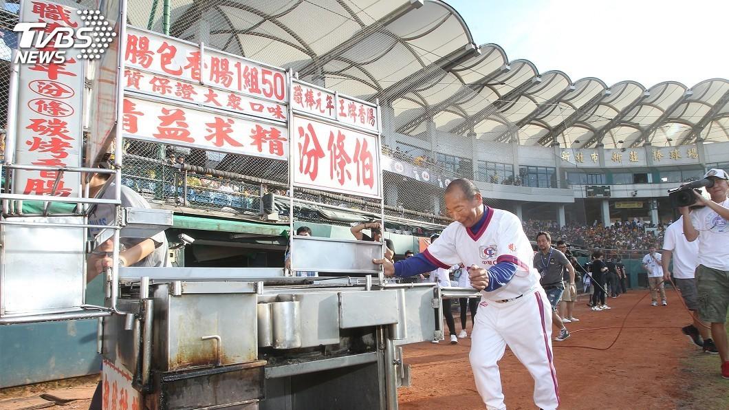 圖/中央社 「汾條伯」聽中職 烤香腸也烤棒球情