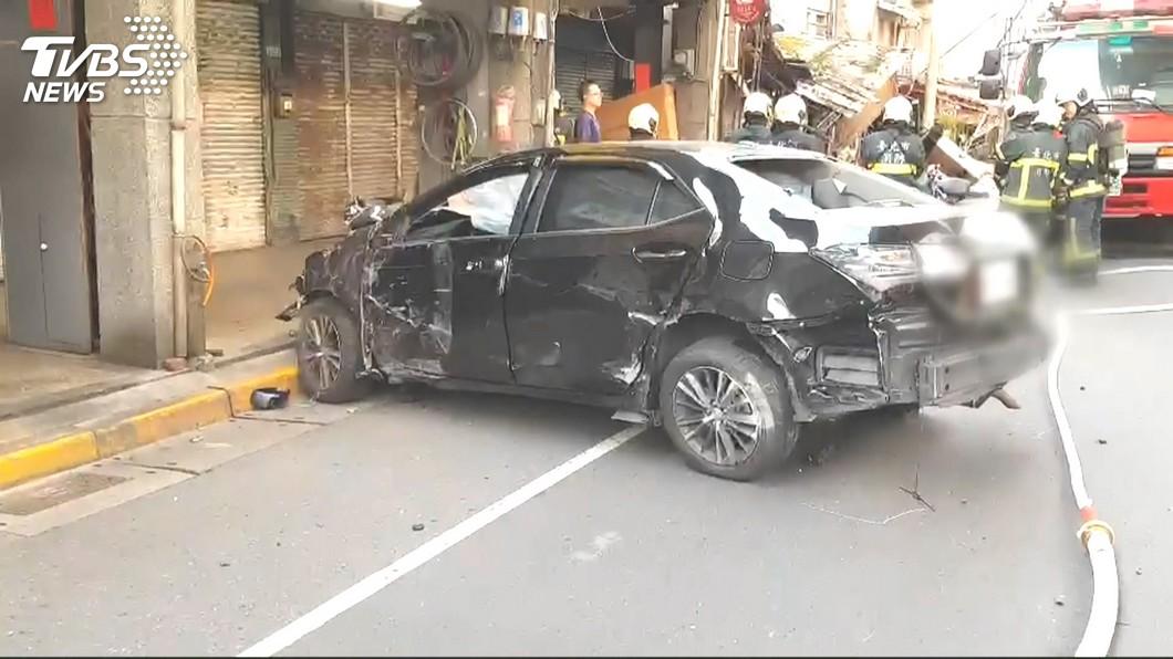 郭男行駛的轎車因高速衝撞而整個殘破不堪。(圖/TVBS)
