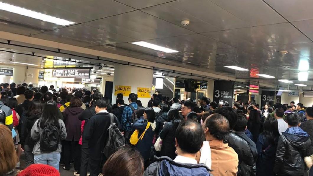 圖/翻攝自爆料公社臉書 台北車站系統大當機 上班人潮「擠爆月台」