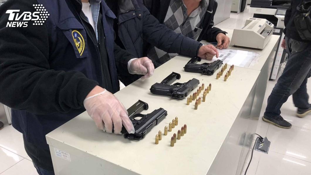 圖/中央社 男子腰插3槍上膛 防仇家上門遭警逮