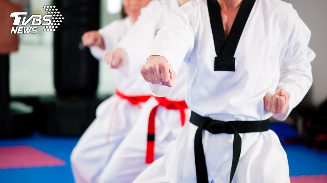 新北市1名費姓男教練和妻子一同經營跆拳道館。示意圖/TVBS 沙發莫名壞了!她調監視器 驚見老公和小三「撞壞」