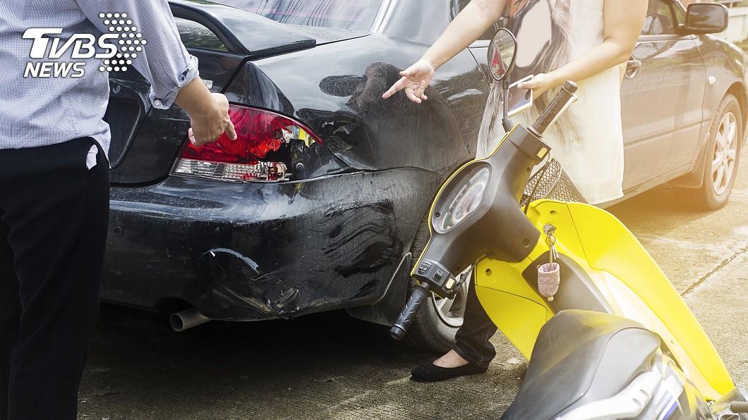 婦人在路口撞到賓士,滑行之後又撞到凌志。示意圖/TVBS 騎車撞到2名車!婦人倒地大哭 暖心駕駛下車忙安慰