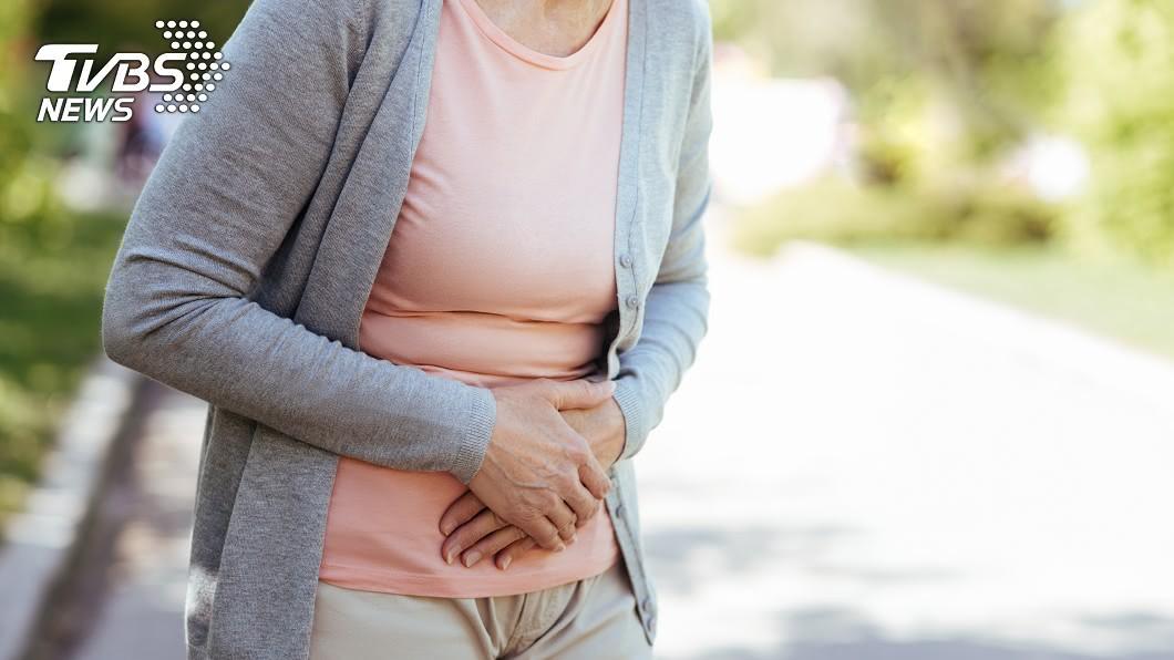 一名50多歲婦人以為天天吃高纖食物,能夠讓排便順暢,沒想到卻適得其反。示意圖/TVBS 天天吃地瓜、紫米飯仍便祕 「30顆糞石塞爆」醫驚呆