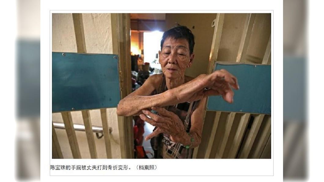 新加坡一名7旬婦人遭丈夫家暴超過40年,打到肋骨斷裂手部變形,卻還是深愛著對方。(圖/翻攝自中國報) 被施暴40年流產5次 7旬婦仍愛暴力尪