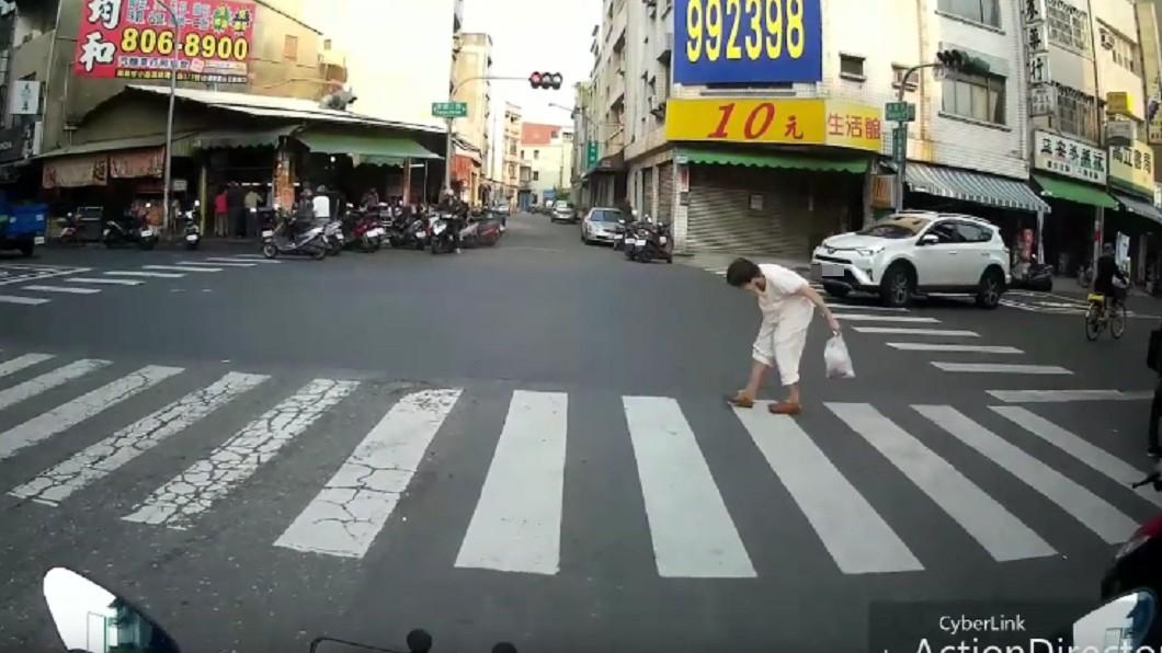 網友推斷,休旅車過停止線前阿嬤就已經在行人穿越道上了。以這樣的開車視角,不太可能沒有看到阿嬤。圖/翻攝臉書爆料公社