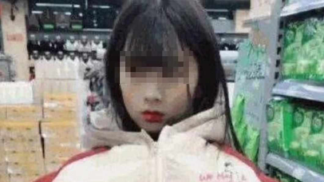 圖/翻攝自 微博 少女「太胸」被超市員工當賊 拉鍊拉開眾人看傻