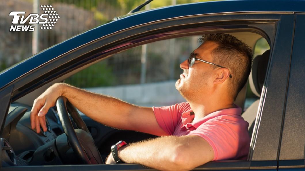 很多男生都不知道,自己平常開車時一些以為很帥的行為,其實在女生心裡,都蠢得要命,有的甚至根本超可怕啊!圖/TVBS 以為拍玩命關頭?載妹出門最容易犯的10大壞習慣