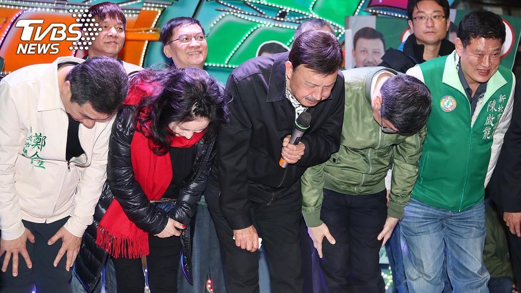 余天新北立委補選勝選,鞠躬謝鄉親支持。圖/中央社
