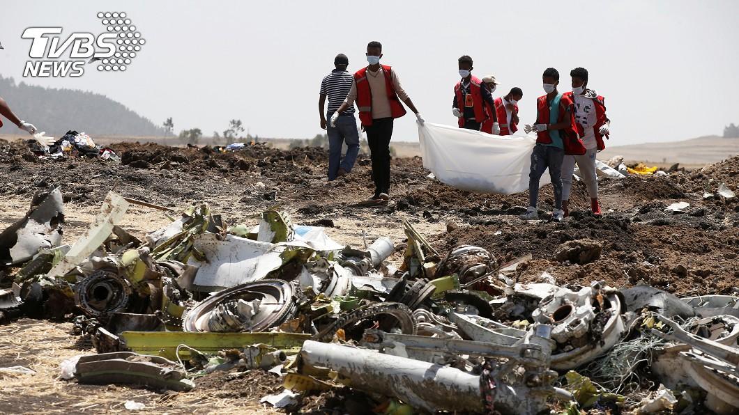 墜機現場全是飛機零件,以及罹難者的屍塊、行李。(圖/達志影像路透社) 空難地滿屍塊!他邊乾嘔邊找朋友遺物「我要帶他回來」