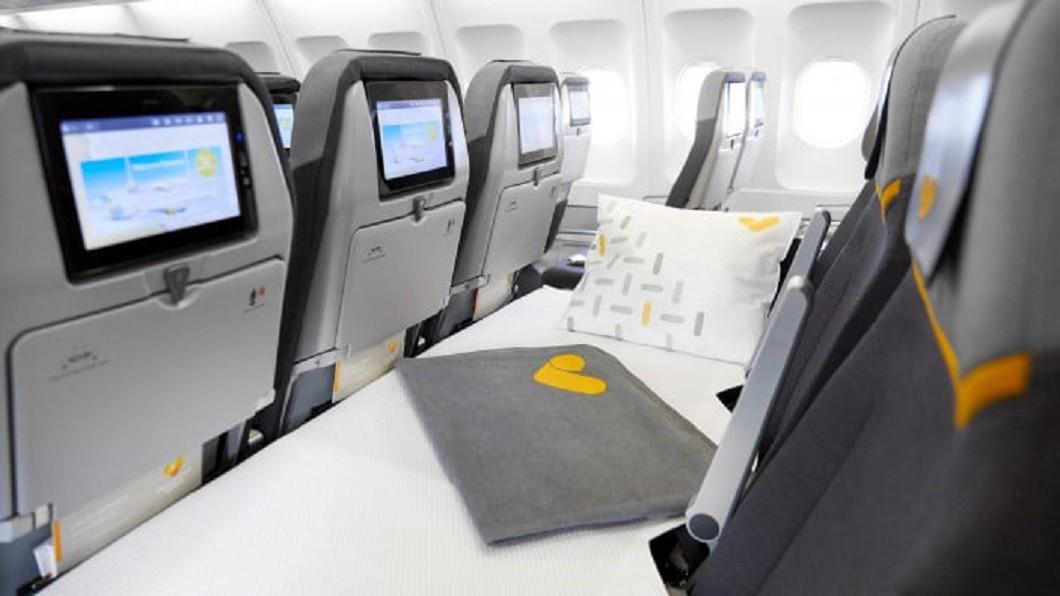 英國湯瑪士庫克航空近日提供經濟艙臥鋪座位。(圖/翻攝自 Thomas Cook Airlines 官網) 有臥鋪了!8200元搭經濟艙 爽躺整排座位