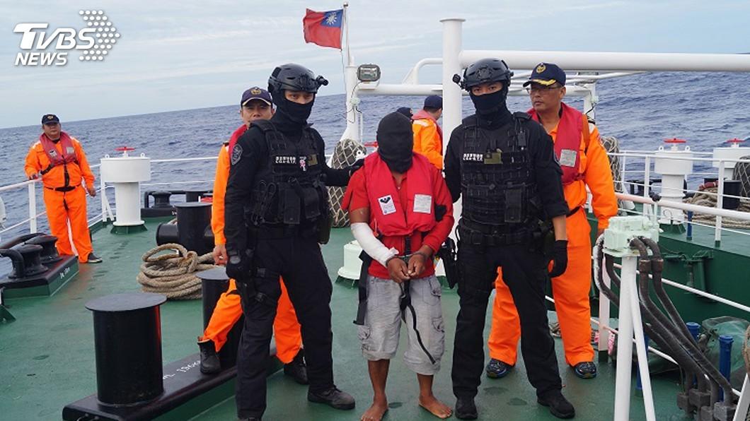 圖/中央社 海巡署巡護八號遠渡重洋 押返喋血案菲籍凶嫌