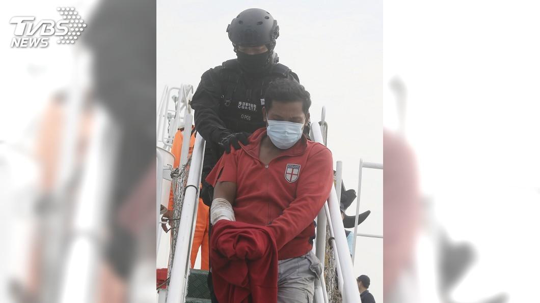 圖/中央社 穩鵬號喋血案1死7失蹤 海巡艦馳援押返凶嫌送辦
