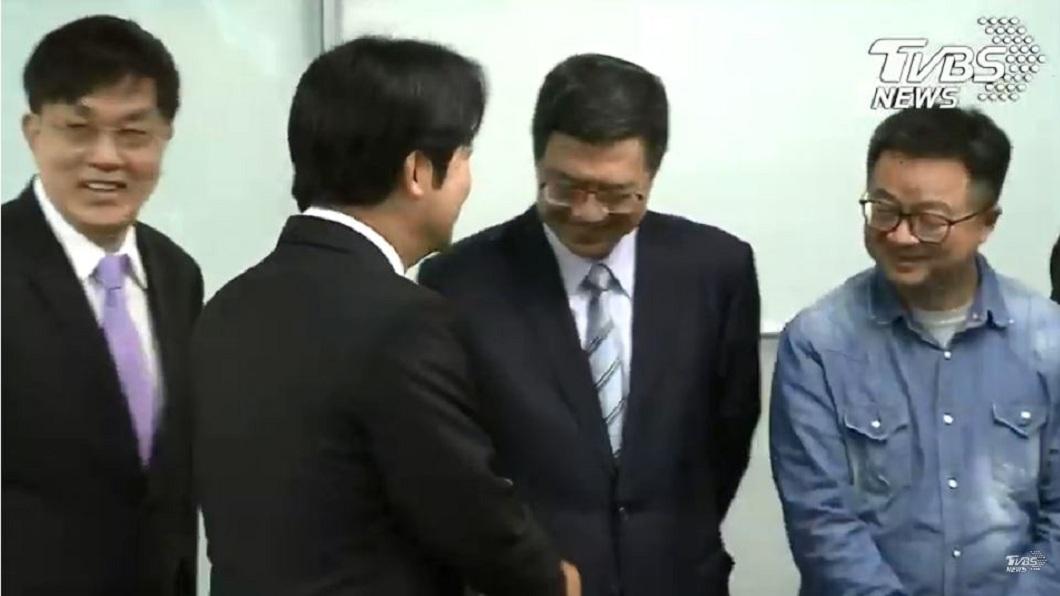 談話完畢後,賴清德向黨主席卓榮泰、黨秘書長羅文嘉握手致意。(圖/TVBS)