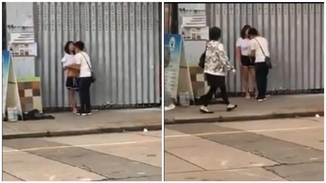 男友見狀立刻幫女友穿上衣服,繫好褲頭。(圖/翻攝自YouTube)