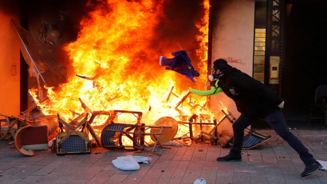 圖/達志影像路透 黃背心大亂巴黎 香榭麗舍精品店被砸