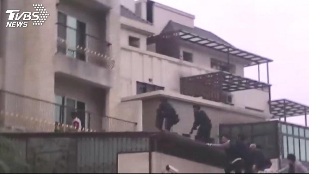 圖/TVBS 破窗攻堅毒販跳樓斷腿 2毒窟藏9700萬