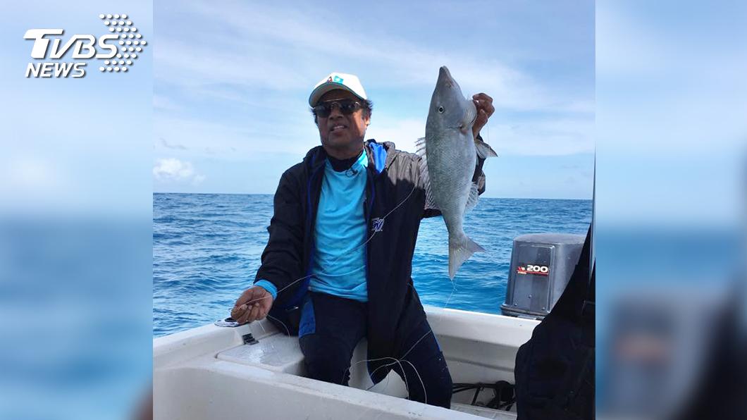 不到十分鐘,總統雷蒙傑索就釣起大魚。(圖/TVBS)