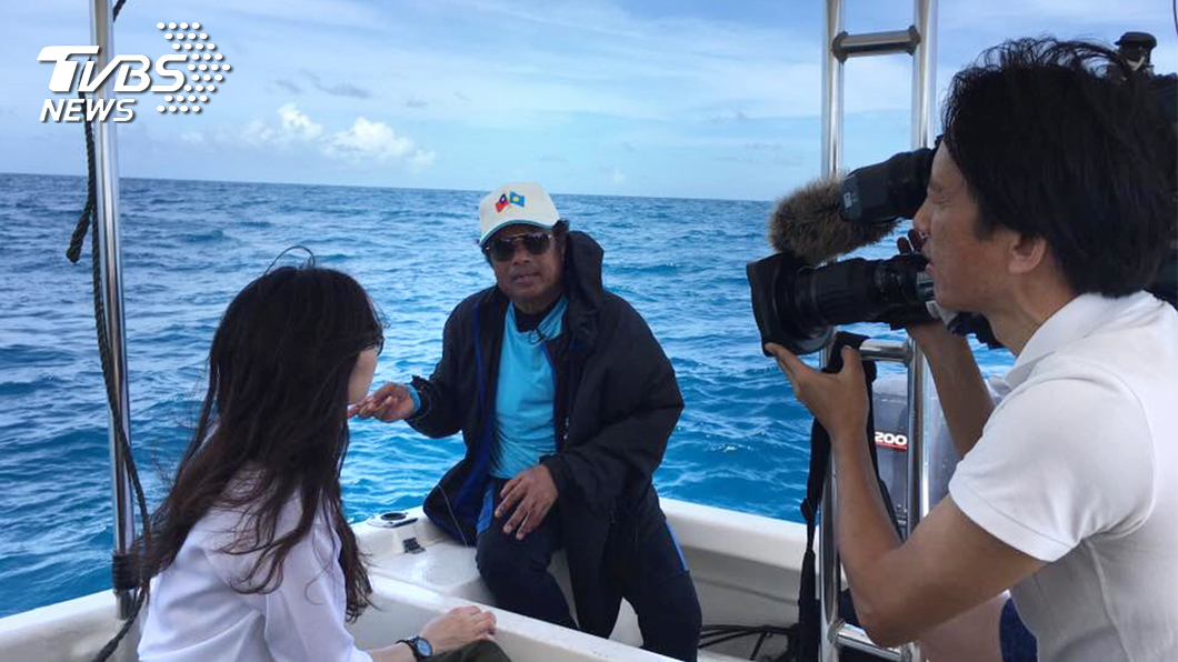 總統雷蒙傑索對TVBS記者朱芳儀和羅士朋示範裸釣。(圖/TVBS)
