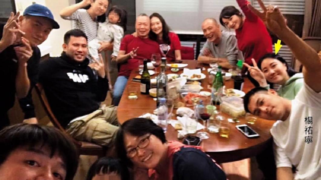 今年大年初一楊祐寧(前排右一)全家聚餐,Melinda(箭頭處)也出現在照片中。(圖/翻攝自林美麗臉書)