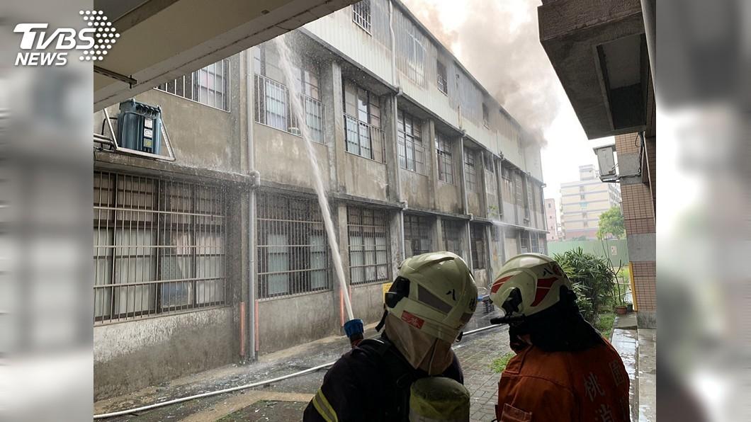 圖/中央社 桃園八德國小儲藏室突竄濃煙 師生虛驚一場