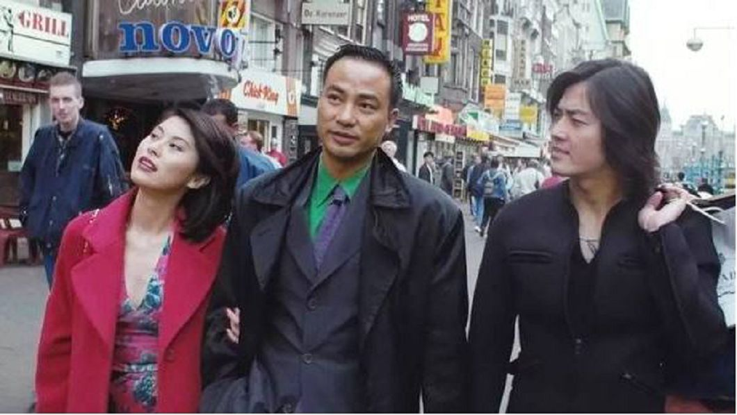 電影中任達華(中)與鄭伊健(右)到荷蘭旅遊。/翻攝自YT