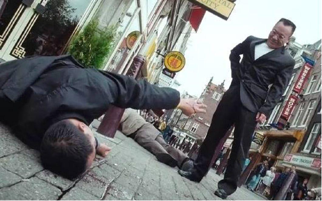 任達華(左)飾演的蔣天生,在戲中於荷蘭海城大酒店前被槍殺。/翻攝自YT