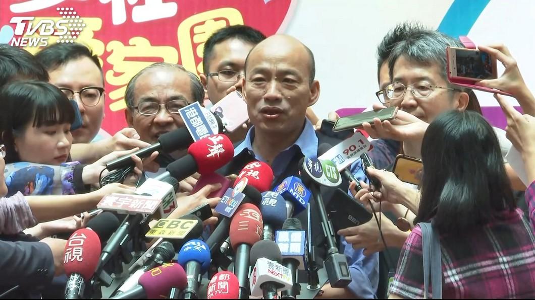 韓國瑜在議會上怒批環保局副局長謝汀嵩抖腳,但其實醫學上抖腳對身體有益。圖/TVBS 韓國瑜怒批官員「抖腳」 研究顯示其實超健康