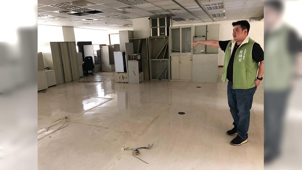 舊市長辦公室堆滿雜物。圖/翻攝自「煥然一新 簡煥宗」臉書