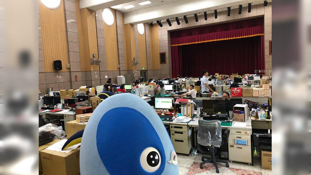 圖/翻攝自「煥然一新 簡煥宗」臉書 因韓國瑜換辦公室 議員踢爆數十公務員在禮堂上班逾月